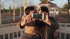 Kochająca para na ulicie robi selfie na iphone zapasu materiału filmowego wideo zdjęcie wideo