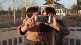 Kochająca para na ulicie robi selfie na iphone zwolnionego tempa zapasu materiału filmowego wideo zbiory wideo