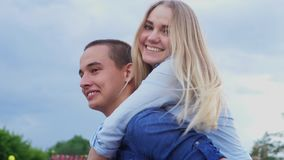 Kochająca para na ulicznym szczęśliwym zwolnionym tempie zbiory