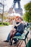 Kochająca para ono uśmiecha się blisko wieży eifla w Paryż Obrazy Royalty Free