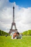 Kochająca para ono uśmiecha się blisko wieży eifla w Paryż Zdjęcie Stock
