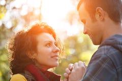 Kochająca para patrzeje each inny wewnątrz w parku Obraz Stock