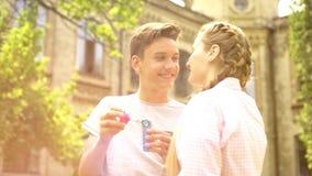 Kochająca para patrzeje tenderly przy each inny, mieć zabawę przy parkiem, romantyczna data zdjęcie stock