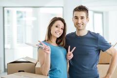 Kochająca para pozuje w ich nowym domu fotografia stock