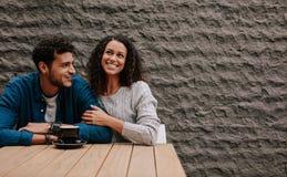 Kochająca para przy sklepem z kawą zdjęcia stock