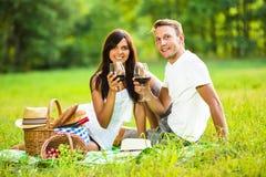 Kochająca para relaksuje w naturze obraz stock