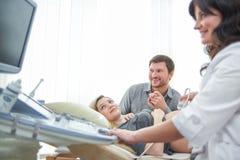 Kochająca para uczęszcza lekarkę dla brzemienność dźwięka procedu ultra Fotografia Royalty Free