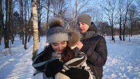 Kochająca para w śnieżnym parku, troskliwy młody człowiek zakrywał jego dziewczyny z koc zdjęcie wideo