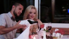 Kochająca para w dniu, romantycznej dacie wieczór dla kochanków, chłopiec i dziewczynach w romantycznym restauraci, walentynki `  zdjęcie wideo