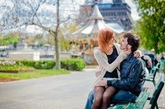 Kochająca para w Paryż Zdjęcie Royalty Free