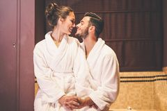 Kochająca pary opowieść ma pasyjnego moment w ich urlopowym miesiącu miodowym - Obejmuje romantyczny kochanków całować fotografia stock
