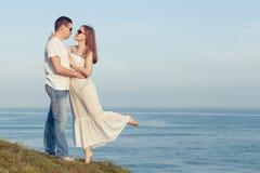 Kochająca pary pozycja na plaży przy dnia czasem Obrazy Royalty Free