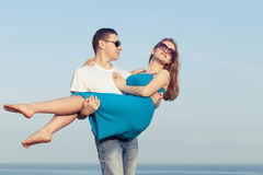 Kochająca pary pozycja na plaży przy dnia czasem Obraz Royalty Free