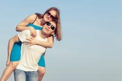 Kochająca pary pozycja na plaży przy dnia czasem Zdjęcie Royalty Free