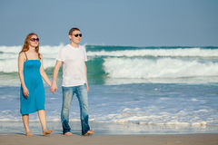Kochająca pary pozycja na plaży przy dnia czasem Zdjęcia Royalty Free