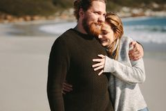 Kochająca pary pozycja przy plażą obrazy royalty free