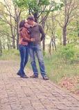 Kochająca potomstwo para cieszy się s romantycznego buziaka fotografia royalty free