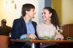 Kochająca potomstwo para ma gościa restauracji przy restauracją Obraz Stock