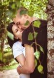 Kochająca potomstwo para w parku Zdjęcie Stock