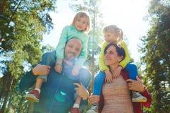 Kochająca rodzina w parku zdjęcia royalty free