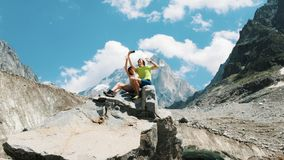 Kochająca rodzinna młoda para turyści siedzi na skale, bierze obrazki i strzela wideo na smartphone zdjęcie royalty free