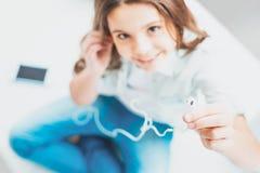Kochające córki udzielenia słuchawki z jej czułości matką obrazy stock