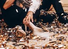 Kochającej pary mienia siedzące podłogowe ręki zdjęcie royalty free