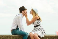 Kochającej pary retro stylowy datowanie na dennym wybrzeżu Obraz Royalty Free