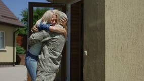 Kochający żony spotkania żołnierz w domu zbiory