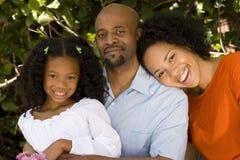 Kochający amerykan afrykańskiego pochodzenia rodzice i ich córka Fotografia Royalty Free