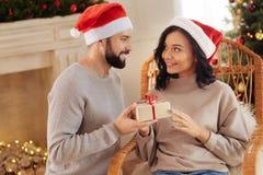 Kochający mąż daje Bożenarodzeniowej teraźniejszości jego żona obraz stock
