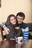 Kochający mężczyzna z kobiety przytuleniem Zdjęcia Royalty Free
