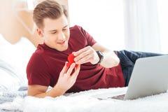 Kochający młody człowiek patrzeje propozycja pierścionek Zdjęcie Royalty Free