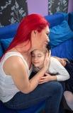 Kochający matki i córki przytulenie fotografia stock