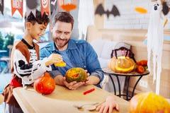 Kochający ojciec wydaje jego weekend z jego synem dostaje przygotowywający dla Halloween obrazy royalty free