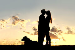 Kochający para buziak przy zmierzch sylwetką Obraz Royalty Free