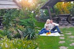 kochający para park Kochająca potomstwo para ma wielkiego czas obrazy stock