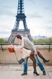 Kochający para taniec blisko wieży eifla w Paryż Obraz Royalty Free
