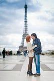 Kochający pary całowanie blisko wieży eifla w Paryż Obraz Royalty Free