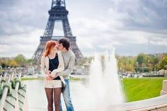 Kochający pary całowanie blisko wieży eifla w Paryż Obrazy Stock
