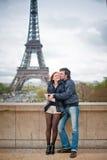 Kochający pary całowanie blisko wieży eifla w Paryż Zdjęcia Royalty Free