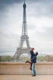 Kochający pary całowanie blisko wieży eifla w Paryż Obraz Stock