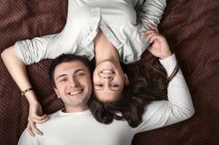 Kochający pary lying on the beach na łóżku Zdjęcia Stock