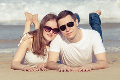 Kochający pary lying on the beach na plaży przy dnia czasem obraz royalty free