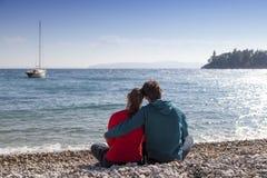 Kochający pary obsiadanie na plaży Obraz Royalty Free