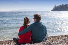 Kochający pary obsiadanie na plaży Zdjęcie Stock