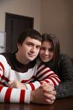 Kochający pary obsiadanie przy stołem Zdjęcia Stock