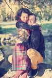 Kochający pary przytulenie w parku Fotografia Royalty Free