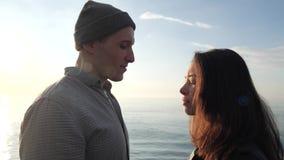 Kochający pary spojrzenie przy each inny zbiory
