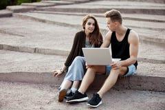 Kochający potomstwa dobierają się obsiadanie na spacerze z laptopem fotografia royalty free
